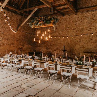 Un mariage bohème et champêtre dans une grange